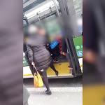 Lite sull'autobus per il passeggino: anziana insulta e dà schiaffo a donna col velo. Video - MilanoToday